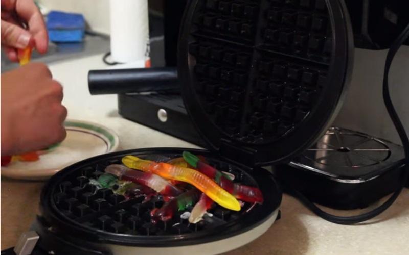 「鬆餅達人」挑戰把小熊軟糖做成鬆餅的樣子,結果...