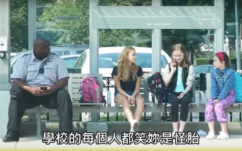 (超感人)她們在公車站不斷霸凌取笑這個女孩,一旁路人的反應竟然是......