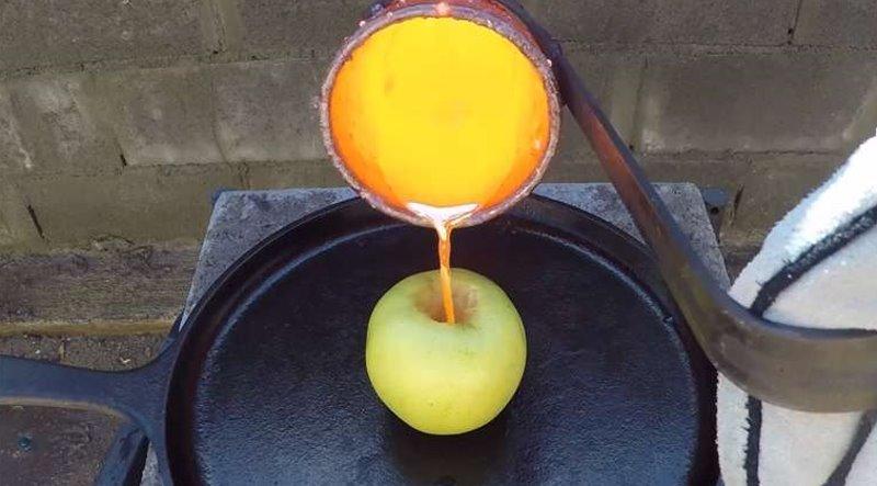 他把攝氏1000度的液態銅倒進去核了的蘋果後,結果會是這樣子…